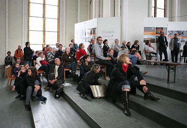 """Ausstellungseröffnung """"20 Jahre Mauerfall"""" in der Zionskirche, 2009 (Foto: Cordula Giese)"""