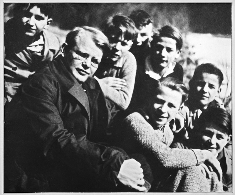 Dietrich Bonhoeffer mit Konfirmanden (Zionsarchiv)